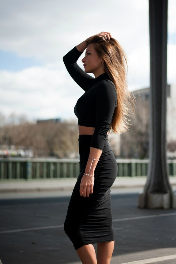 ensemble assorti boohoo crop top jupe crayon noir style kim kardashian look minimalist