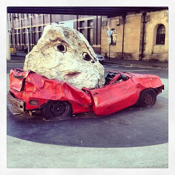 Une voiture écraser avec un  rocher au rond point de la rue du théâtre de Sydney #Australie #Sydney #théâtre #théâtreDeSydney #art #voiture
