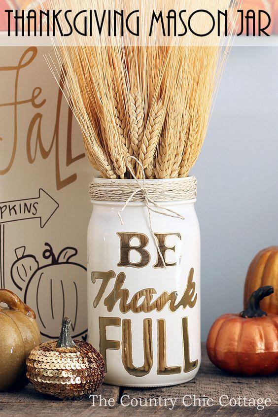 DIY Thanksgiving Einmachglas Dekor. Verwenden Sie Maler malen Markierungen, Schnur und Schablonen, um rustikale Wohnkultur für Thanksgiving zu machen.