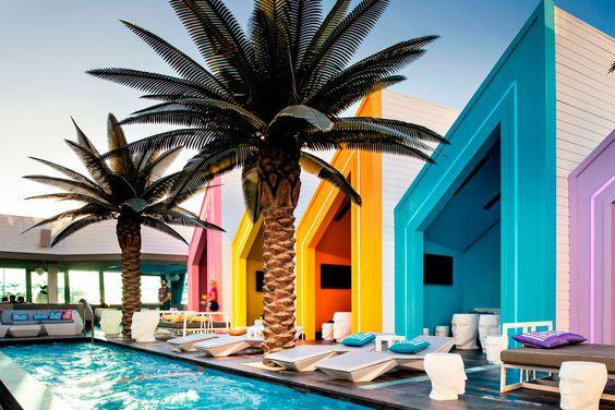 El impresionante #MatisseBeachClub de Miami, con maceteros en forma de cabeza Adan, sillas Vertex y elementos de la colección Frame & Faz, todo de nuestra firma @vondom | #Diseño