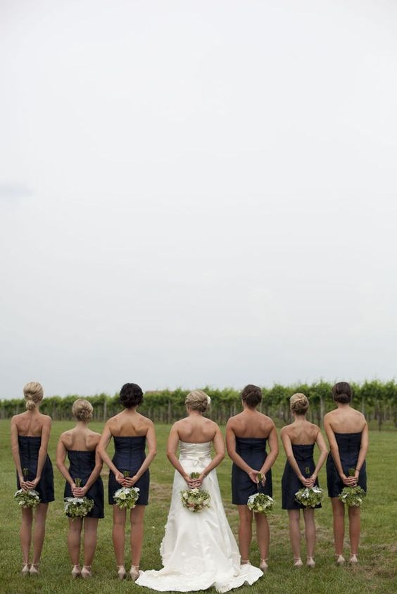 possible pose of bride and bridesmaids