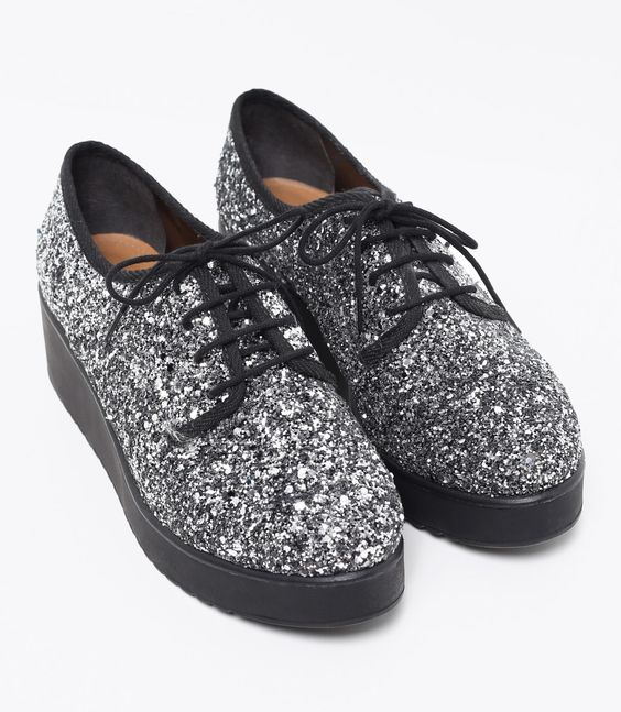 Sapato feminino  Material: sintético   Flatform  Com glitter  Marca: Satinato     COLEÇÃO VERÃO 2017     Veja outras opções de    sapatos femininos.        Sobre a marca Satinato     A Satinato possui uma coleção de sapatos, bolsas e acessórios cheios de tendências de moda. 90% dos seus produtos são em couro. A principal característica dos Sapatos Santinato são o conforto, moda e qualidade! Com diferentes opções e estilos de sapatos, bolsas e acessórios. A Satinato também oferece para as mul...: