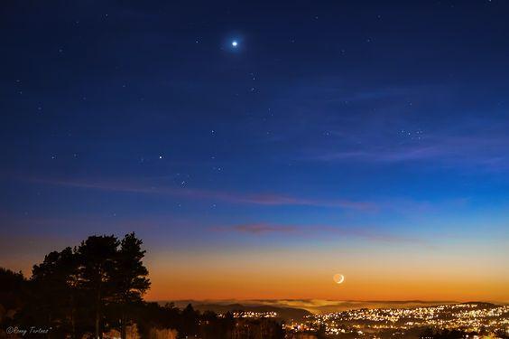 La Luna, la constelación de Tauro, Venus y las Pléyades desde Bergen, Noruega