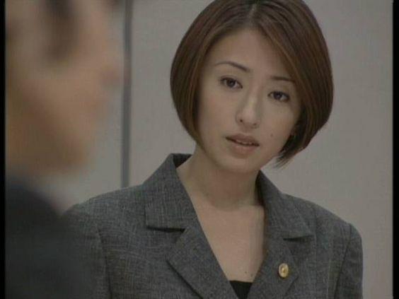 スーツ姿の松雪泰子