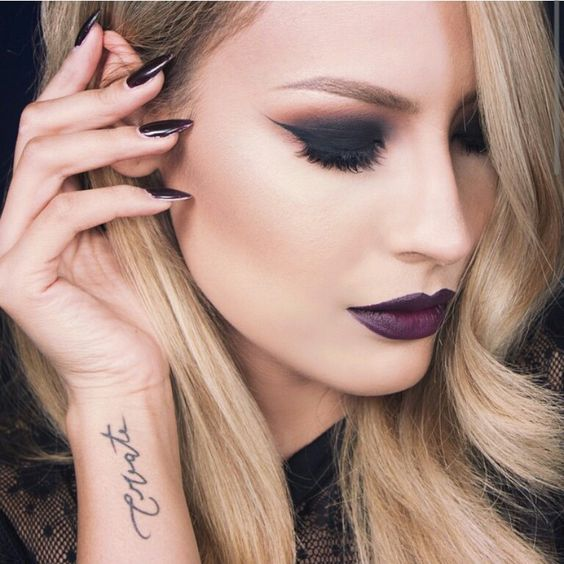 Beautiful black smokey eye for an evening look. Or for your day job when you wanna throw people off: