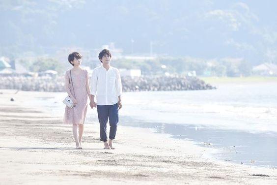 海辺を歩く波留