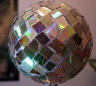 Esfera navideña con cds reciclados
