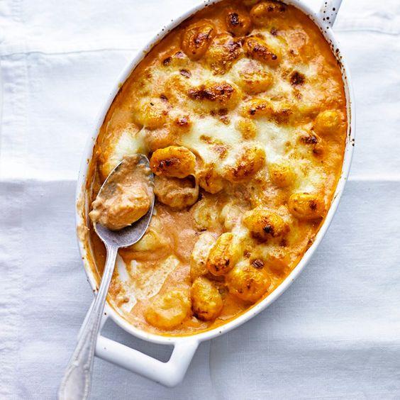 Verwarm de oven voor op 200 ºC. Mix de mascarpone met de passata, 4 eetlepels geraspte parmezaan en de geperste knoflookteen. Schep de saus door 500 gram gekookte gnocchi. Schep dit in een ovenschaal en bedek het mengsel met de...
