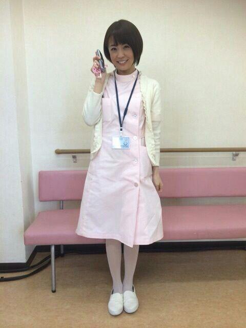 白衣を着ている小林麻耶