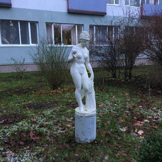 Девушка с персиком. Фото: Vladimir Shveda
