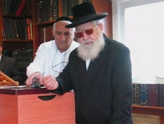Rabin Owadia Josef, duchowy przywódca partii Szas wchodzącej w skład koalicji rządzącej Izraelem oznajmił, że