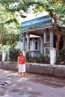 """Bombay, 1988. Revisitando el YWCA, el albergue de juventud donde me alojé en mi primer viaje en 1972, y un escenario presente en mi novela """"Mandala"""", donde se relata el recorrido de una hippy"""