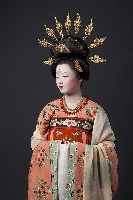Late Tang women with prominent golden hairpins