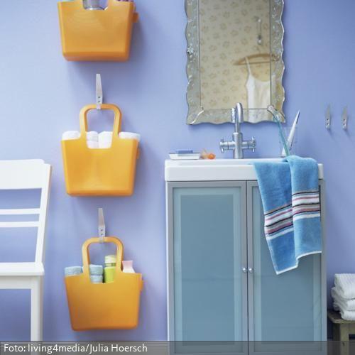 Aufbewahrungstaschen für Badezimmerutensilien und Waschtisch in Blau | roomido.com -- love the basket idea.