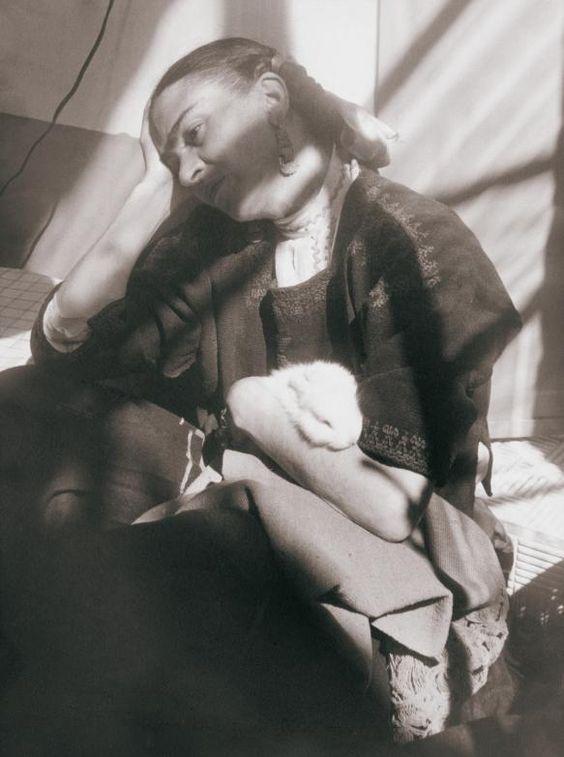 Frida con un conejo,  Héctor García  México, 1949