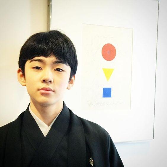謎の図形を背景にした八代目市川染五郎のかっこいい画像