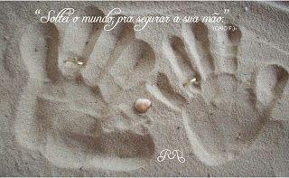 Casamento - mãos na areia com alianças. ArteMagistra.com.br