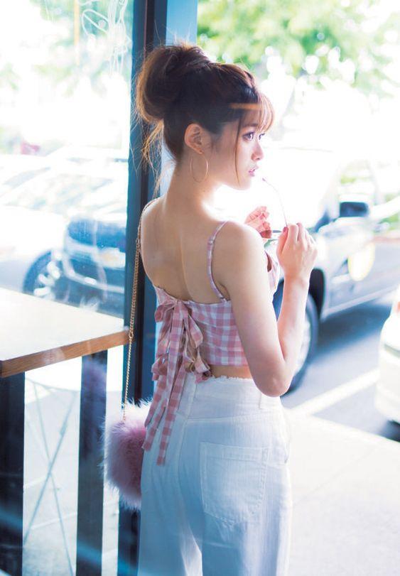 窓際に立つ松村沙友理