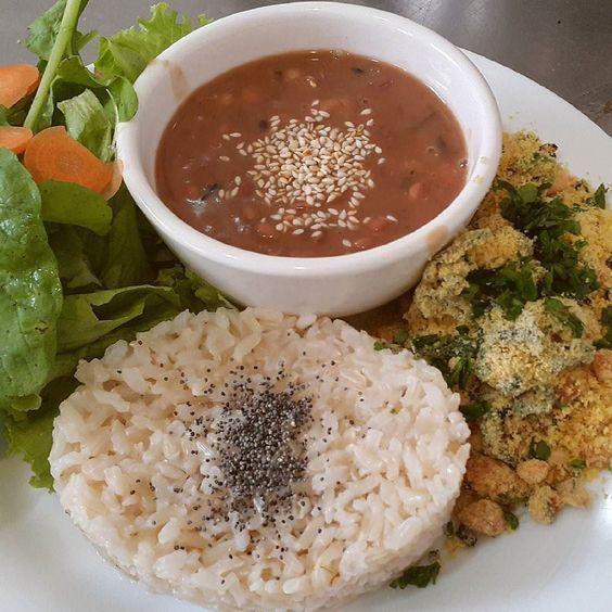 Almocinho mara de hoje  Hoje tem arroz feijão carioca farofa de milho com vegetais e saladinha! Vemmm ou liga 3025-2243 e pede Bici Entrega  #vegan #veganfoodshare #veganfoodporn #veganfood #healthy #organic #whatveganseat #lactosefree #veganopelotas #vegano #organico #semlactose #vemprolibre #librebicicafe by librebicicafe