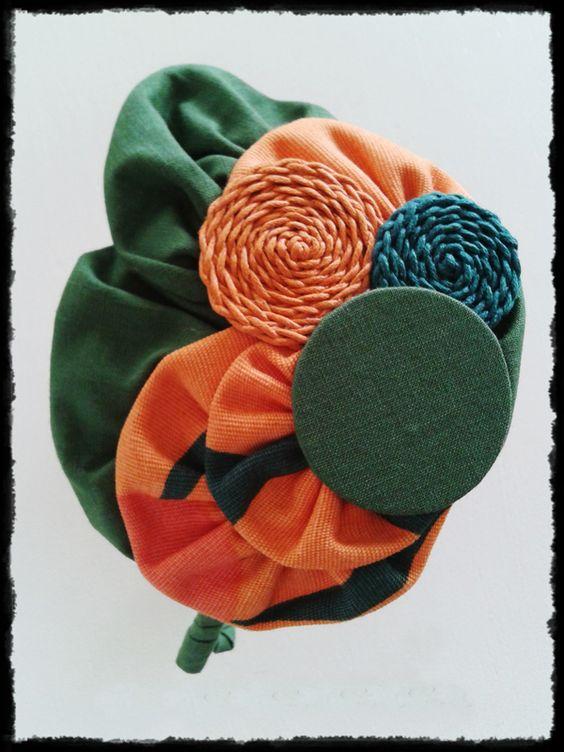 Tocado Diadema forrada en tonos verdes y naranjas de inspiración vintage. Pieza única, hecha a mano.