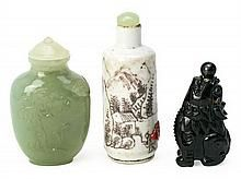 Tres tabaqueras chinas en ojo de tigre, serpentina y porcelana, de la primera mitad del siglo XX