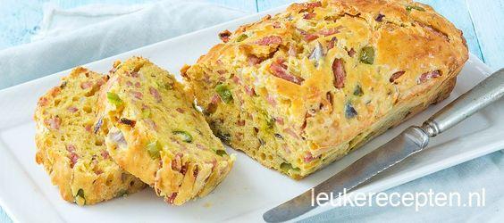 Lekker als lunch of bij een kopje soep: hartige brood cake met blokjes ham, kaas en paprika