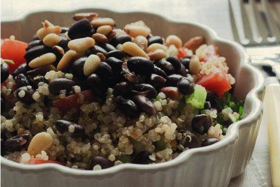 La semaine dernière, dans l'article3 aliments inconnus à découvrir de Marilyne Petitclerc, on vous a parlé du quinoa. Pour ceux pour qui c'était une découverte, ou encore pour ceux qui aime cet aliment, voici une salade de quinoa tirée de mon livre «10-4: Perdre sainement 10 livres en 4 semaines». 2 portions 333 calories…