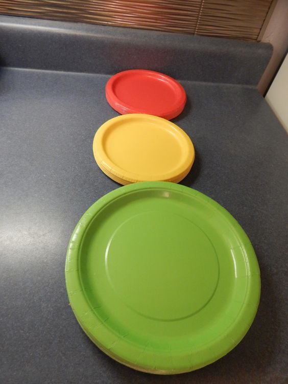 Stoplight plates. And other great ideas to have a Mater themed birthday party! babiesfirstyears.wordpress.com