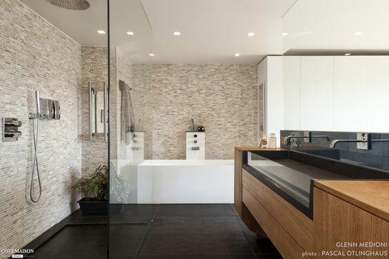 Une grande salle de bains avec meuble de toilettes en bois for Grande douche a l italienne