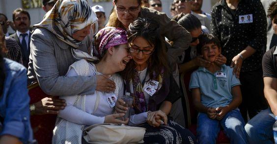 20150723 - Parentes de dois policiais mortos choram durante funeral em Sanliurfa, na fronteira turca com a Síria. A ala militar do Partido dos Trabalhadores do Curdistão (PKK) disse que os havia matado em represália a um atentado do EI que vitimou 32 curdos e com o qual os policiais teriam colaborado. PICTURE: Bulent Kilic/AFP