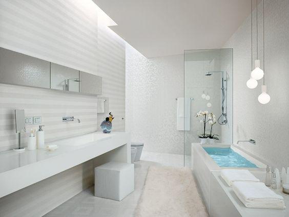 Schneeweißes Badezimmer Fliesen mit Retro Figuren | badezimmer ...