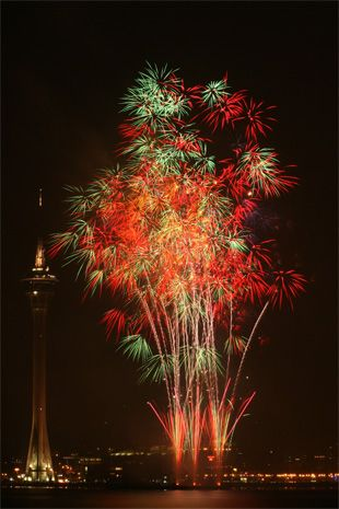 """How to Take Pictures of Fireworks by Peter Timko. Photo: """"Fireworks"""" captured by Ivan Tam."""