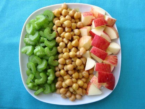 Appel-bleekselderij salade met kikkererwten, vegan