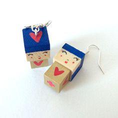 Boucles d'oreilles poupées cubiques madammag bleues et dorées coeurs rouges.
