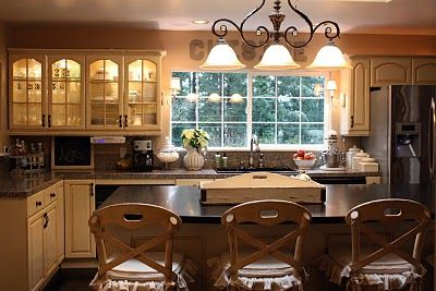 love the lighting and cabinets: Beautiful Kitchens, Kitchen Makeover, Dream Home, Lighting Ideas Kitchen, Dreamy Kitchens, Dream Kitchens