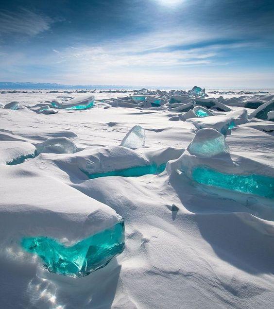 Mer Turquoise, Lac Baïkal, Russie Situé dans le sud de la Sibérie, le Lac Baïkal est l'un des plus anciens et des plus profonds de la planète. En hiver, ses eaux turquoise gèlent et sont ensevelies sous des blocs de glace. Lorsqu'au mois de mars, la fonte commence, le lac offre des visions irréelles de blocs congelés de couleur turquoise émergeant de la banquise: