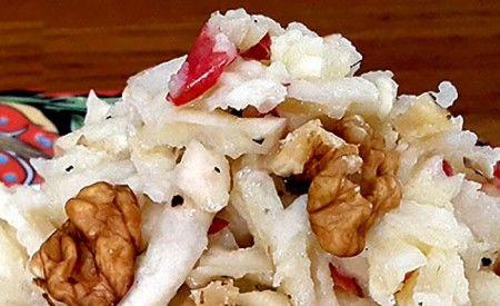 Die Kombination aus Gemüse, Obst, Nüssen und dem fein säuerlichen Dressing macht aus diesem Rohkost-Salat eine wahre Delikatesse. Der Selleriesalat ist schnell zubereitet und gelingt garantiert auch jedem Koch-Anfänger. Probieren Sie selbst! (Zentrum der Gesundheit) © ZDG #sellerie #salat #walnüsse #vegan #rohkost #rezept