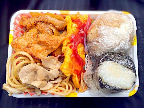 色合いわるいぜ(・∪・) - 65件のもぐもぐ - おむすびふたつと鶏の味噌マヨ炒めと和風パスタとオムレツのお弁当。 by erika27
