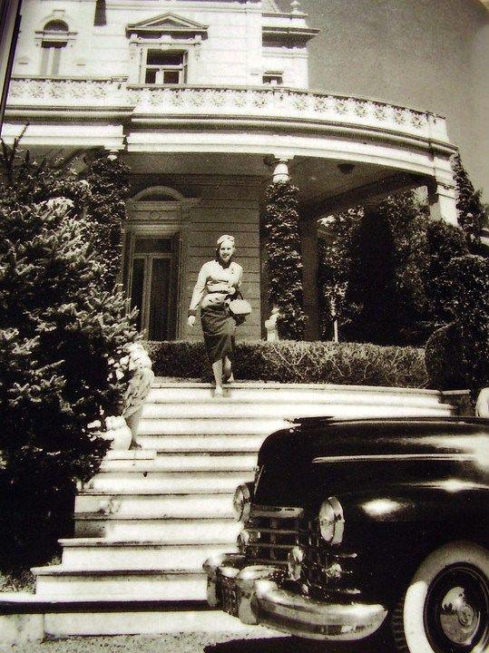 Eva Perón saliendo del Palacio Unzué