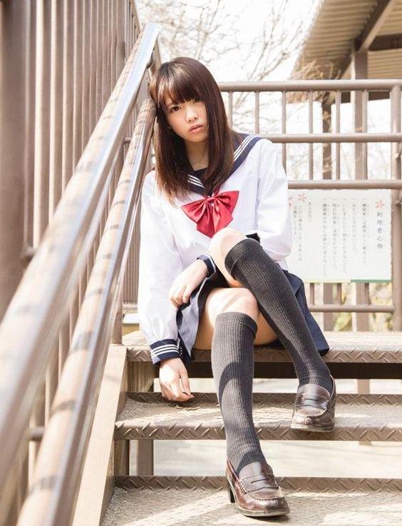 鬱鬱寡歡的水手服制服美少女 倚靠在階梯的鐵欄杆》Cute Girl Pretty Girls 漂亮 可愛 無敵 青春活力