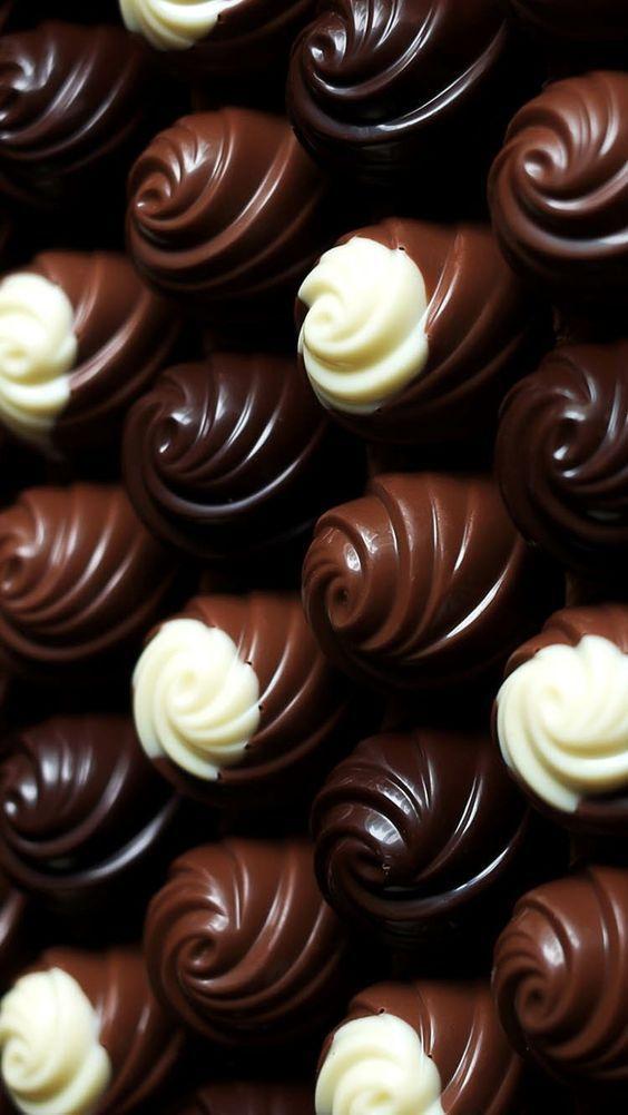 Pin By Kurami Kurisu On Caramel Chocolat Love It Delicious Chocolate Artisan Chocolate Chocolate Shop
