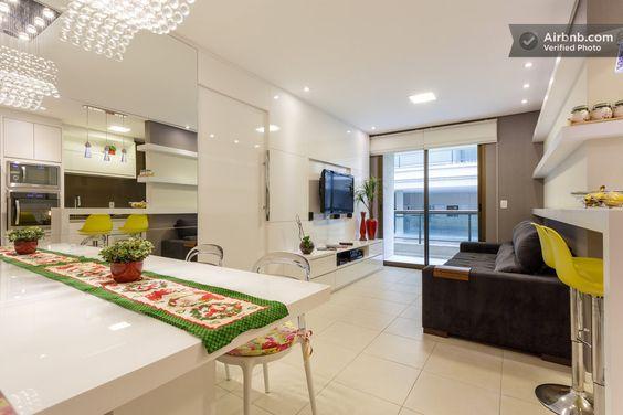 Apartamento em Florianópolis, Brasil. Otimo apartamneto de 2 quartos há apenas 300 metros da praia do Campeche. Uma cama casal na suite, uma cama casal no outro quarto e um sofa cama na sala. Condominio com piscina, salao de festas, playground, espaco zen, espaco fitness.