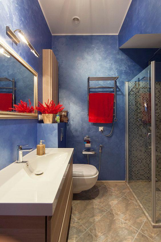 Душевые кабины: 60+ практичных решений, которые преобразят ванную комнату http://happymodern.ru/dushevye-kabiny-v-malenkix-vannyx-44-foto-udobnoe-i-praktichnoe-reshenie/ Синие стены и красные элементы декора сделают ваш дизайн неотразимым