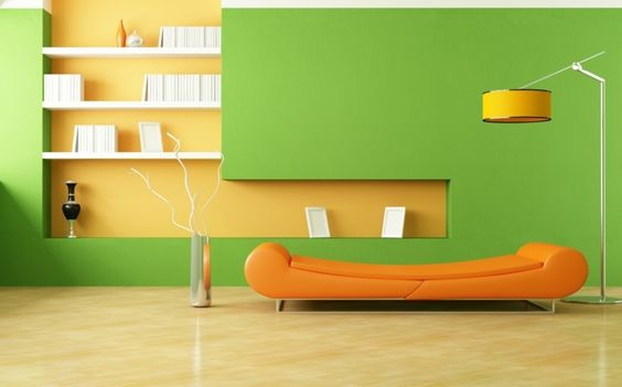 In diesem Wohnzimmer wurden Grün und Orange miteinander kombiniert