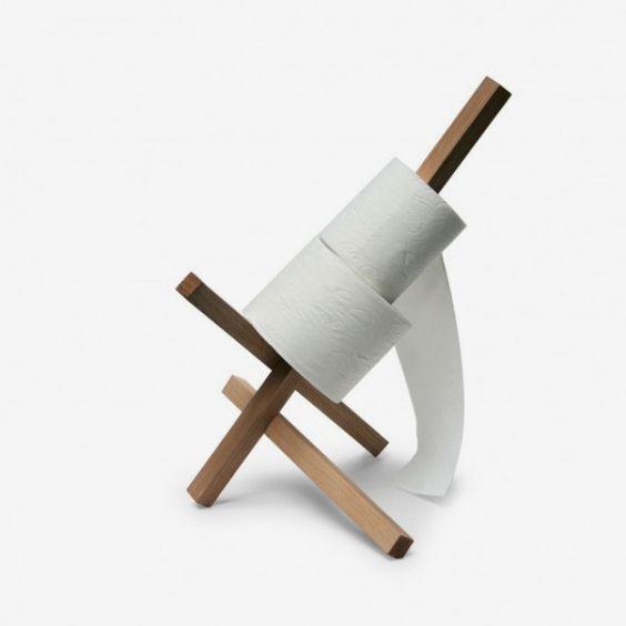 003 ist ein ungewöhnlicher Toilettenpapierhalter, gestaltet von den Designern Miriam und David Olschewski. Ideal für Ecksituationen. Aus edlen und ökologischen Eschenholz gefertigt Das Holz stammt aus DeutschlandBitte beachten Sie: Das Produkt wird in Einzelteilen geliefert. Der Toilettenpapierhalter lässt sich leicht zusammenbauen. Eine Anleitung wird natürlich beigefügt.Größe: 40x30x28cm.