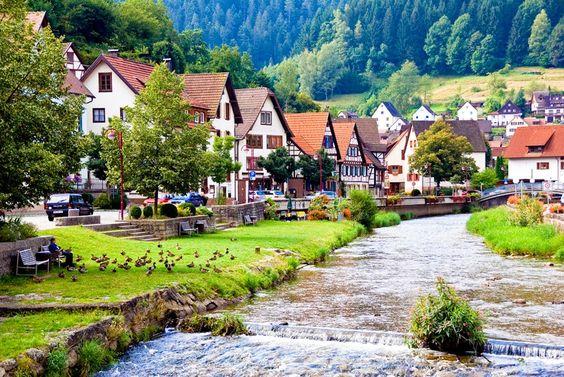 Los pueblos alemanes típicos de La Selva Negra Alemania es considerada el corazón de Europa, y es el nexo para comunicar el este y oeste de Europa, Alemania es famoso por la belleza de los paisajes de sus pueblos, siendo uno de sus atractivos más interesantes la Selva Negra con sus paisajes de postal, de sus lagos y bosques.