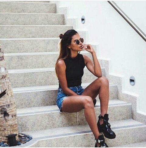 Die Farben des Sommers   Weiß und Blau   trägt Alessandra Ambrosio