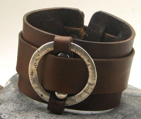 LIVRAISON GRATUITE. Bracelet de cuir pour hommes. Bracelet masculin de brassard en cuir marron avec bague plaqué argent texturé