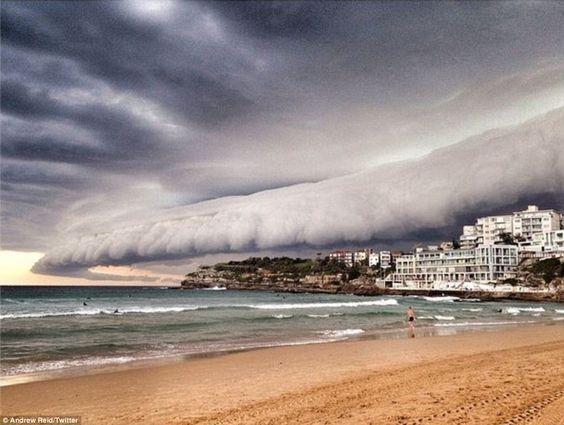 Rolling in: Algunas de las nubes en la tormenta Sydney tenían una forma similar a un tubo, con esta increíble fotografía tomada por el socorrista Bondi Beach Andrew Reid