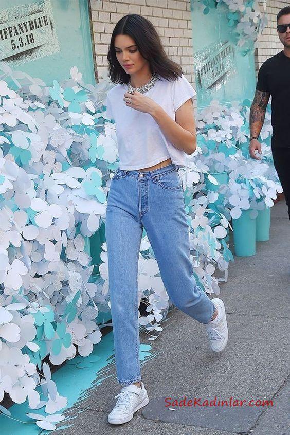 2020 Mom Jean Kombinleri Mavi Mom Jeans Beyaz Kisa Kollu Tisort Beyaz Sneaker Spor Ayakkabi Kendall Jenner Outfits Moda Kiyafetler Stil